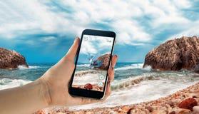 Den Apple iPhonen 6s med Pokemon GÅR Arkivbild