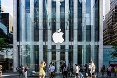 Den Apple logoen hängde i den glass kubingången till den berömda Fifth Avenue Apple Store i New York royaltyfri fotografi