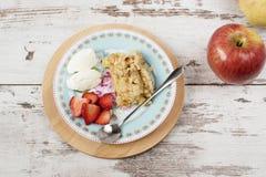 Den Apple smulpajefterrätten med jordgubbar och vanilj lagar mat med grädde royaltyfri fotografi