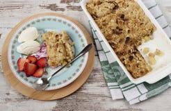 Den Apple smulpajefterrätten med jordgubbar och vanilj lagar mat med grädde arkivfoto