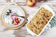 Den Apple smulpajefterrätten med jordgubbar och vanilj lagar mat med grädde royaltyfria bilder