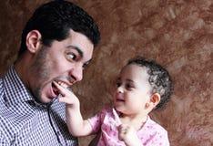 Den arabiska egyptiern behandla som ett barn flickan som spelar med hennes fader Fotografering för Bildbyråer