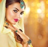 Den arabiska flickan med svart henna tatuerar och juvlar Arkivbilder