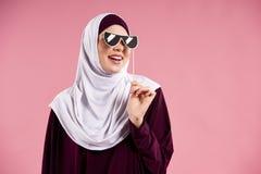 Den arabiska kvinnan i hijableenden med hycklar exponeringsglas fotografering för bildbyråer