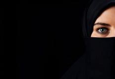 Den arabiska kvinnan med svart skyler Fotografering för Bildbyråer