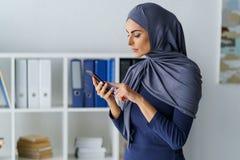 Den arabiska kvinnan ringer ett nummer royaltyfria bilder