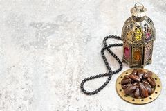Den arabiska lyktan daterar radbandRamadangarnering arkivfoton