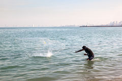 Den arabiska mannen fiskar med det traditionella netto Fotografering för Bildbyråer