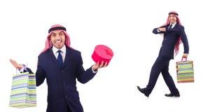 Den arabiska mannen med shoppinggåvor på vit Arkivfoton