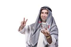 Den arabiska mannen med spårvagnen för shoppingvagn som isoleras på vit Royaltyfria Bilder