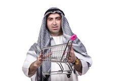 Den arabiska mannen med spårvagnen för shoppingvagn som isoleras på vit Arkivbild