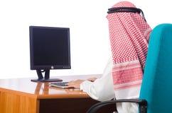 Den arabiska mannen som arbetar i kontoret Arkivfoto