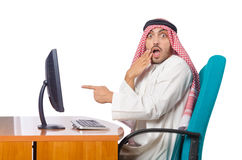 Den arabiska mannen som arbetar i kontoret Arkivbild