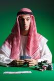 Den arabiska mannen som spelar i kasinot Royaltyfri Bild