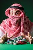 Den arabiska mannen som spelar i kasinot Arkivbild