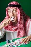 Den arabiska mannen som spelar i kasinot Royaltyfri Foto