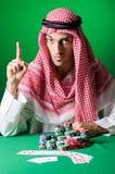 Den arabiska mannen som spelar i kasinot Royaltyfri Fotografi