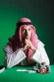 Den arabiska mannen som spelar i kasinot Arkivbilder