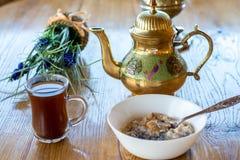 Den arabiska stilkaffekoppen och kokkärlet med havremjölet bowlar Fotografering för Bildbyråer