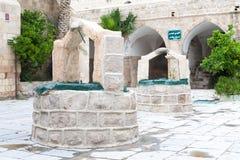 Den arabiska vita stenen väller fram i inre moskéborggård i palesti royaltyfria bilder