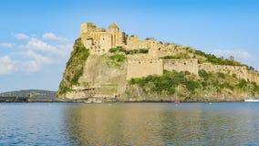 Den Aragonese slotten är mest besökt gränsmärke nära Ischia ön, Italien arkivfilmer