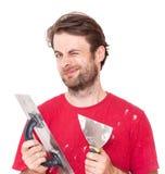 Den Arbeiter mit Wand blinzeln die Werkzeuge vergipsend lokalisiert auf Weiß Stockfoto