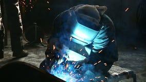Den arbetande weldermolar fungerar med metallstrukturer stock video