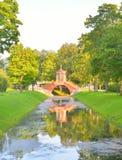 Den arga bron i Alexander Park i Tsarskoye Selo Royaltyfri Foto