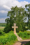 Den arga near kyrkan av uppståndelsen på banken av den Oka floden i Tarusa, Kaluga region, Ryssland Royaltyfri Bild