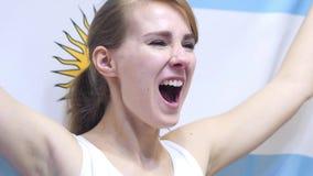 Den argentinska unga kvinnan firar rymma flaggan av Argentina i ultrarapid royaltyfri fotografi