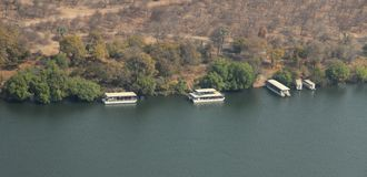 Den Ariel sikten av turnerar fartyg på Zambezi Arkivbild
