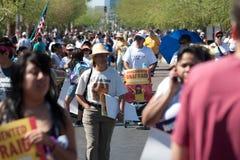 den arizona invandringprotesten samlar sb1070 royaltyfria bilder