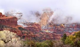 den arizona kanjonen clouds över röd rocksedonasnow Arkivbild