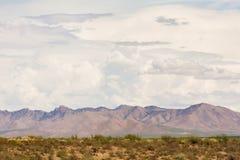 Den Arizona monsun fördunklar ovanför berg Royaltyfri Bild