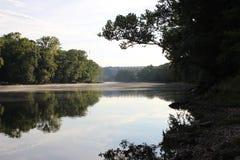 Den Arkansas River banken på Murray Lock och fördämningen Royaltyfria Bilder