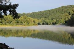 Den Arkansas River banken på Murray Lock och fördämningen - 4 Arkivfoto