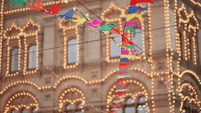 Den arkitektoniska byggnaden av Moskva som dekoreras med julbelysning Festlig garnering av stadsgator moscow lager videofilmer