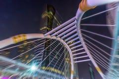 Den arkitektoniska designen av skywalken ovanför genomskärningsnollan Royaltyfria Foton