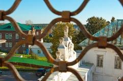 Den arkitektoniska garneringen av maingaten av Kreml Verkhoturye till och med den tredje raden för bearbetat staket av klockatorn fotografering för bildbyråer