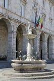 Den Arringo fyrkanten är den äldsta monumentala fyrkanten av staden av Ascoli Piceno Arkivfoton