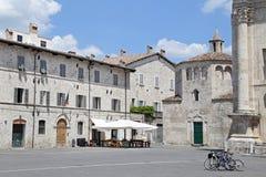 Den Arringo fyrkanten är den äldsta monumentala fyrkanten av staden av Ascoli Piceno Royaltyfri Bild