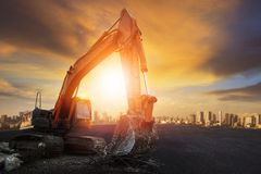 Den artikulerade hjulhinktraktoren på asfalt grundar med solnedgång s fotografering för bildbyråer
