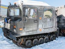 Den artikulerade militären spårade lastmedlet på snö royaltyfri foto