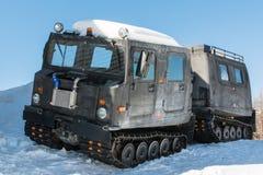 Den artikulerade militären spårade lastmedlet på snö arkivfoton