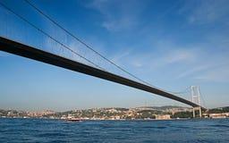 den asia bosphorusbron förbinder den Europa istanbul kalkonen Royaltyfria Bilder