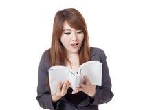 Den asiatiska affärskvinnan är upphetsad läsning per boken Arkivbilder