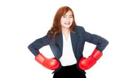 Den asiatiska affärskvinnan beväpnar akimbo med boxninghandsken Royaltyfri Fotografi