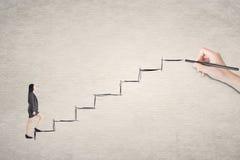 Den asiatiska affärskvinnan går på trappa Arkivfoto