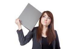 Den asiatiska affärskvinnan glömmer att något satte en mapp till hennes huvud Royaltyfri Fotografi