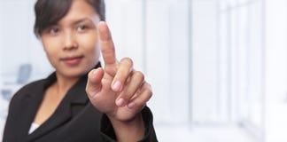 den asiatiska affärskvinnan hand henne som pekar Arkivbild